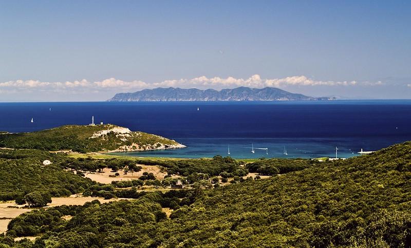 Traghetti per l'Isola di Capraia | Spiaggia e panorama dell'isola